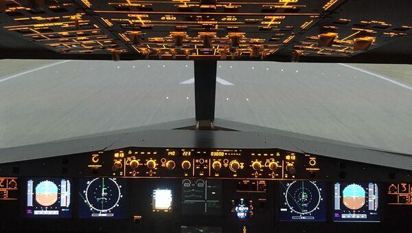 un cockpit d'un Airbus A320 кабина летчика самолет avion  - Sputnik France