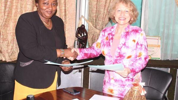 Échange de documents entre l'agence russe Sputnik représentée par la coordinatrice du pôle Afrique de Sputnik France et Oumou Sana Barry, directrice centrale de l'Agence ivoirienne de presse (AIP) - Sputnik France