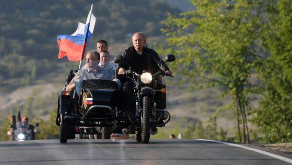 Vladimir Poutine au défilé international de motards en Crimée - Sputnik France