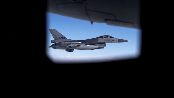 Seen through the window of another aircraft, an Royal Netherlands Air Force F- 16 military fighter jet participating in NATO's Baltic Air Policing Mission operates in Lithuanian airspace during a Ramstein Alloy air force exercise, Tuesday, April 25, 2017 - Sputnik France
