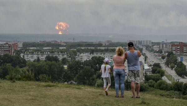 Une famille regarde les explosions dans un dépôt de munitions d'Atchinsk, en Sibérie (5 août 2019) - Sputnik France