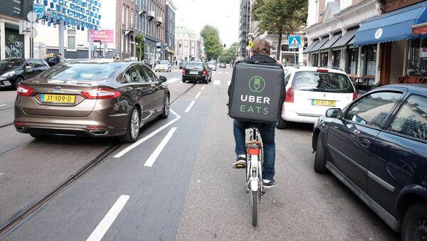 livreur de la société Uber Eats - Sputnik France