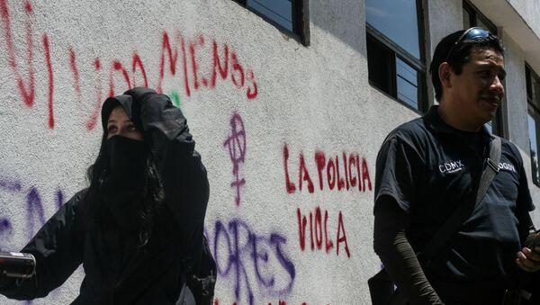 Manifestation réclamant justice après  le viol d'une adolescente  par quatre policiers à Mexico - Sputnik France