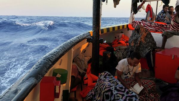 Un migrant à bord du navire Open Arms - Sputnik France