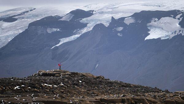 Un homme sur ce qui était autrefois le glacier d'Okjokull, en Islande - Sputnik France