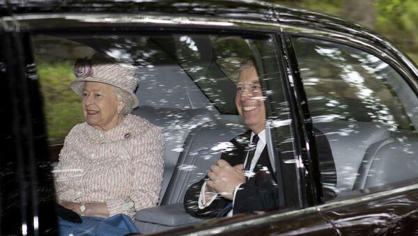 La reine Élisabeth II avec son fils, le prince Andrew - Sputnik France