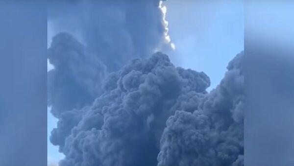 Un navire fuit un «tsunami» de cendres causé par l'éruption du volcan Stromboli - Sputnik France