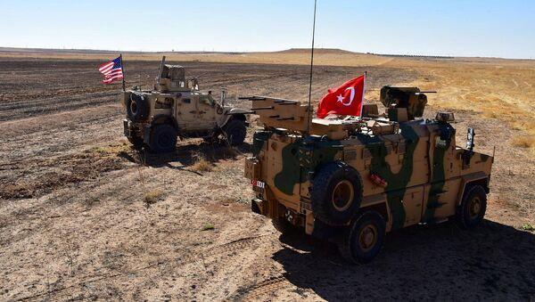 Véhicules blindés turcs et américains lors du première patrouille commune dans le nord-est de la Syrie, dimanche 8 septembre  - Sputnik France