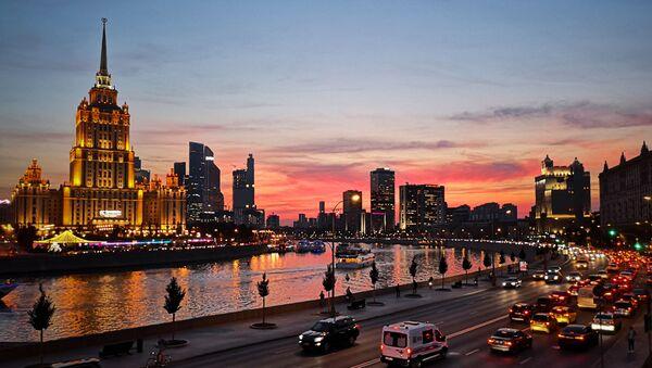 Набережная Москвы-реки в теплый сентябрьский вечер. Слева - отель Рэдиссон, бывшая гостиница Украина - Sputnik France