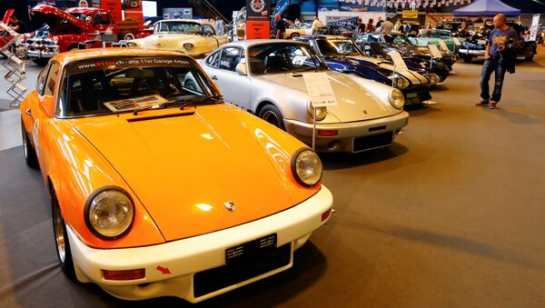 Une Porsche 911 S de 1976 et une Porsche 911 RS 3.6 de 1972 au salon Swiss Classic World en mai 2017 - Sputnik France