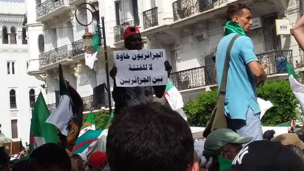 Les Algériens sont tous frères. Non à la division, écrit ce manifestant le 5 juillet 2019 à Alger. - Sputnik France