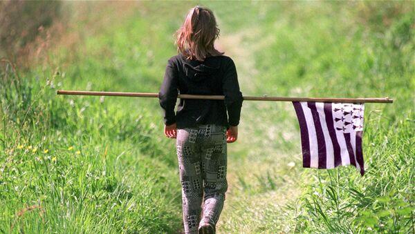Une jeune fille porte un drapeau breton - Sputnik France
