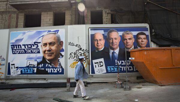 Des affiches de la campagne électorale avec les portraits de Benyamin Netanyahou, à gauche, et les dirigeants de Kakhol Lavan, à droite - Sputnik France