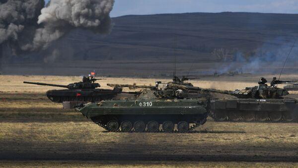 un blindé et des chars russes lors des  manœuvres militaires Centre 2019 - Sputnik France