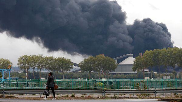 La fumée dégagée par l'incendie de l'usine Lubrizol à Rouen - Sputnik France