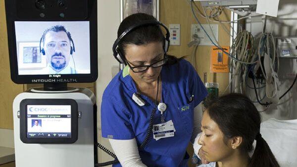 Une infirmière vérifie les éléments vitaux du patient lors d'une consultation  robotique RP-VITA - Sputnik France