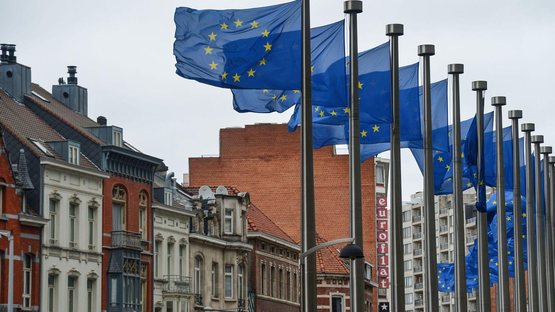 Drapeaux européens devant le siège de la Commission européenne à Bruxelles  - Sputnik France, 1920, 20.08.2021
