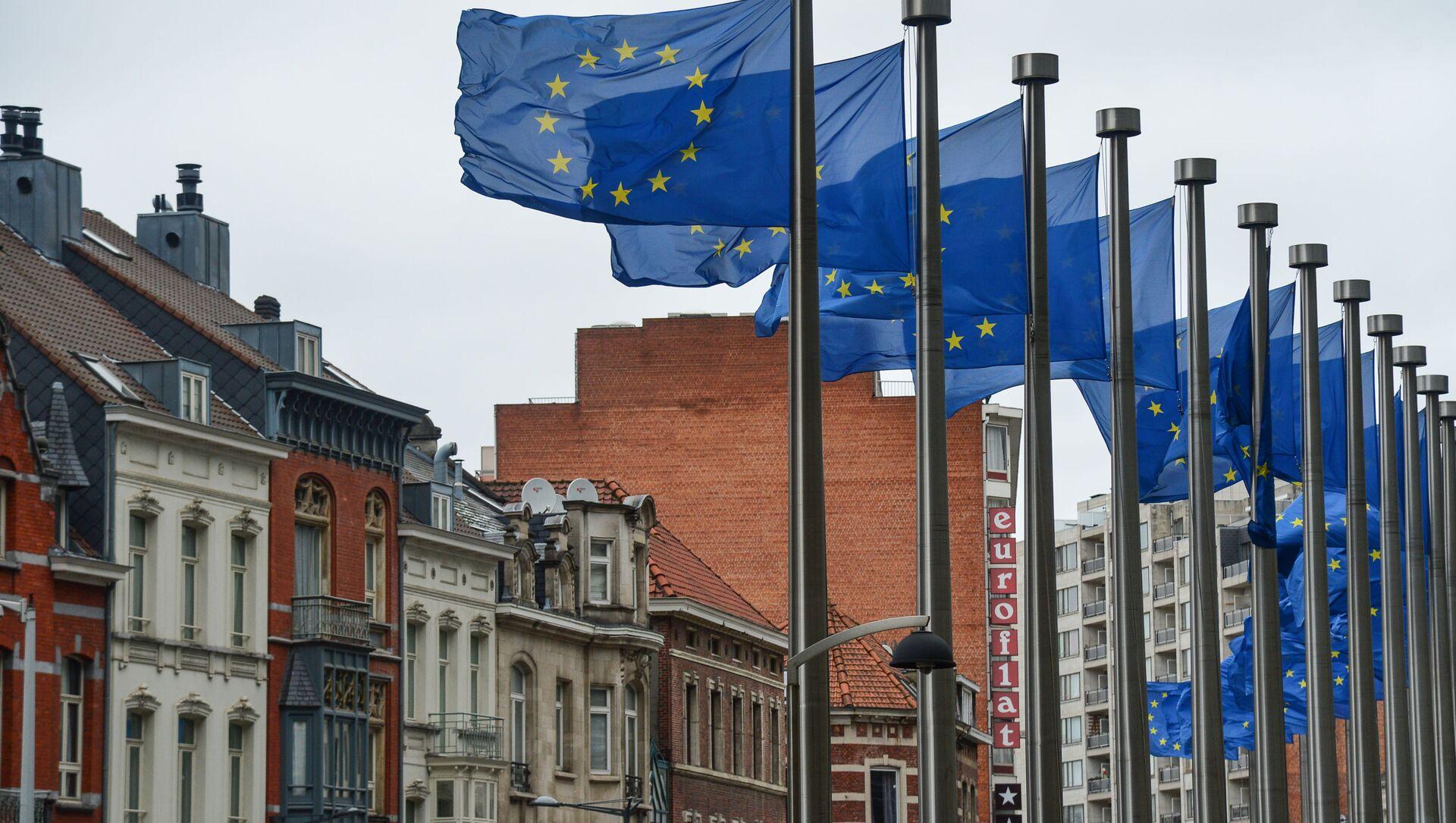 Drapeaux européens devant le siège de la Commission européenne à Bruxelles  - Sputnik France, 1920, 27.08.2021