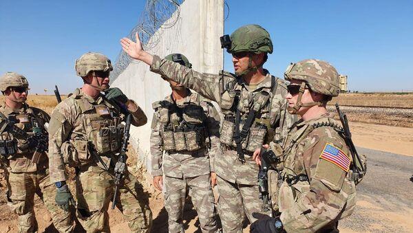 Des soldats turcs et américains se rencontrent à la frontière turco-syrienne pour une patrouille conjointe américano-turque, près de la ville turque d'Akcakale - Sputnik France
