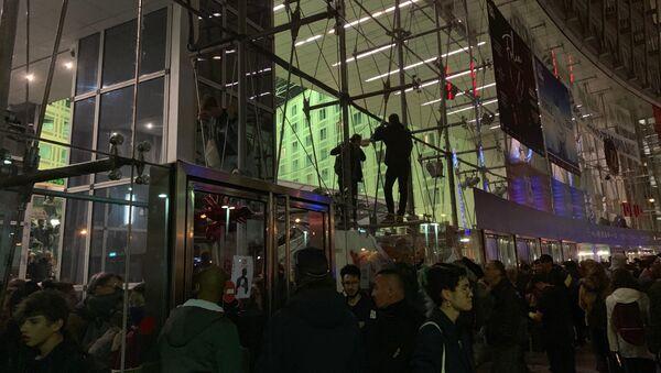 Des manifestants pour le climat et des Gilets jaunes réunis devant le centre commercial Italie Deux à Paris (5 octobre 2019) - Sputnik France