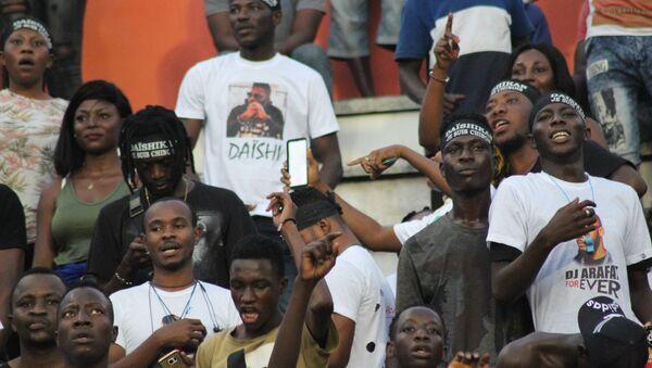Des jeunes ivoiriens à la cérémonie d'hommage national à DJ Arafat. - Sputnik France