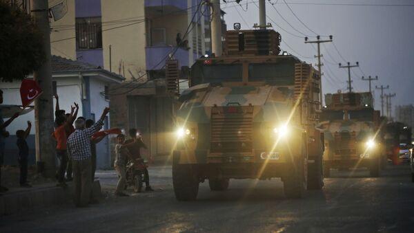 Des blindés turcs traversent la ville frontalière d'Akçakale, dans le sud-est de la Turquie, quelques heures après le début de l'opération Source de paix. - Sputnik France