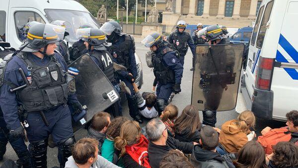 Les militants d'Extinction Rebellion bloquent la circulation devant l'Assemblée Nationale, CRS sur place 12 octobre 2019 - Sputnik France