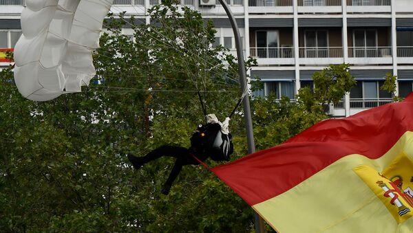un parachutiste à Madrid  - Sputnik France