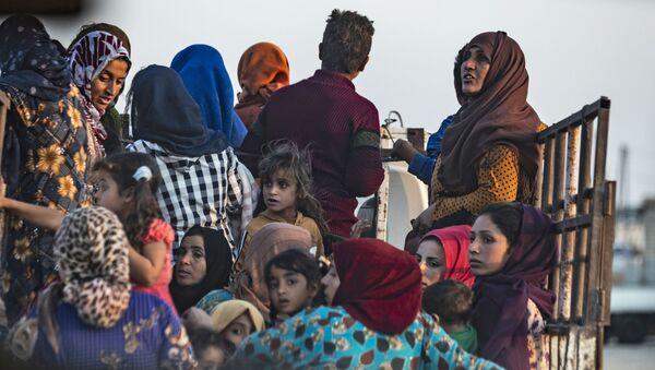 Syrian Arab and Kurdish civilians flee amid Turkish bombardment on Syria's northeastern town of Ras al-Ain in the Hasakeh province along the Turkish border on October 9, 2019. - Sputnik France