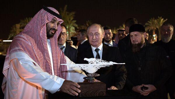 Vladimir Poutine offre un objet d'art fait d'une défense de mammouth au prince héritier saoudien Mohammed ben Salmane - Sputnik France
