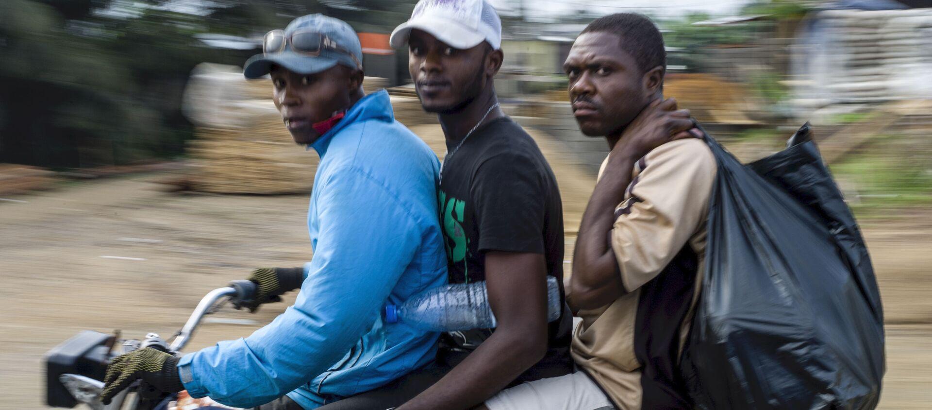 Des jeunes Camerounais à moto - Sputnik France, 1920, 17.10.2019