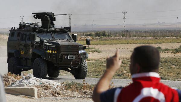 Un véhicule blindé de la police turque patrouille à la frontière entre la Turquie et la Syrie  - Sputnik France