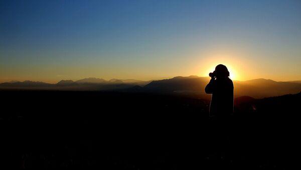 Une personne avec un appareil photo (image d'illustration) - Sputnik France