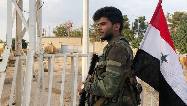 Un militaire syrien au point de passage frontalier près d'Aïn al-Arab (Kobané) - Sputnik France