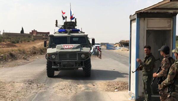 Бронеавтомобиль патрульной службы военной полиции РФ в районе Манбиджа на северо-востоке Сирии - Sputnik France