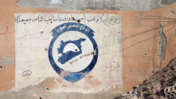 Логотип Белых касок на стене здания в провинции Идлиб, Сирия - Sputnik France
