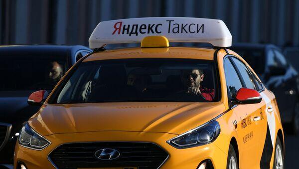 Une voiture de Yandex.Taxi dans une rue de Moscou - Sputnik France