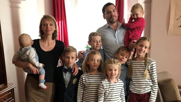 Isabelle et Fabrice Sorlin avec leurs enfants - Sputnik France