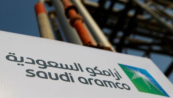 Le logo de Saudi Aramco sur l'installation pétrolière de la société à Abqaiq - Sputnik France