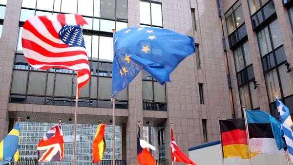 Drapeaux des USA et de l'UE - Sputnik France