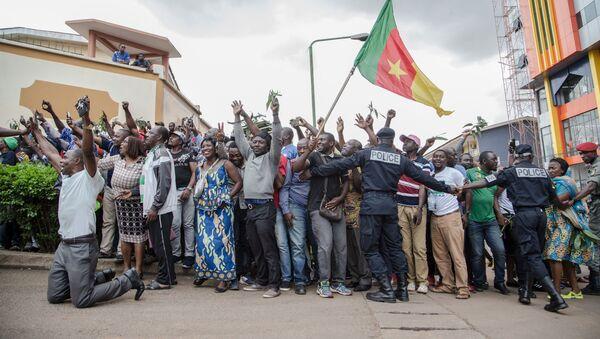 Des centaines de militants acclament Maurice Kamto à sa sortie de prison le 5 octobre 2019 - Sputnik France