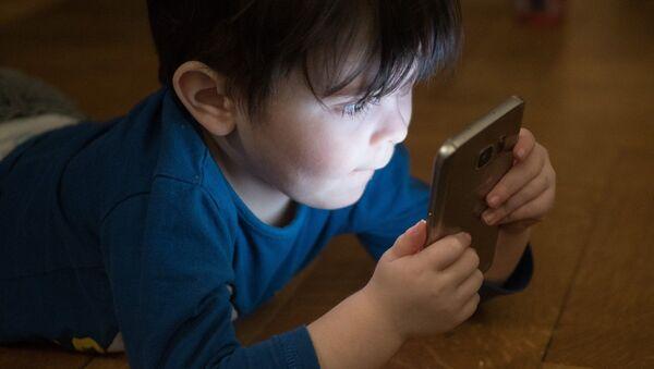Enfant avec un téléphone - Sputnik France