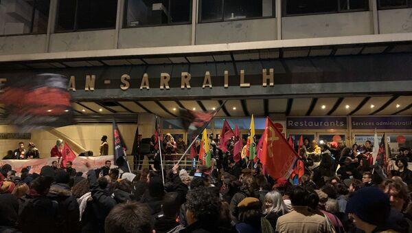 Rassemblement contre la précarité étudiante suite à la tentative d'immolation par le feu d'un étudiant lyonnais - Sputnik France