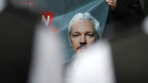Unterstützer mit dem Bild des Wikileaks-Gründers Julian Assange in London (Archiv) - Sputnik France