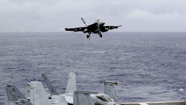 Un avion de chasse américain sur le porte-avions américain en mer de Chine méridionale - Sputnik France