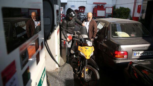 Un homme remplit le réservoir de sa moto dans une station-service, après que le prix de l'essence ait augmenté à Téhéran, en Iran, le 15 novembre 2019. - Sputnik France