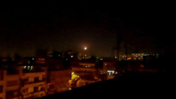 La lumière dans le ciel, considérée comme un missile, est vue de la ville de Damas, en Syrie, le 20 novembre 2019 - Sputnik France