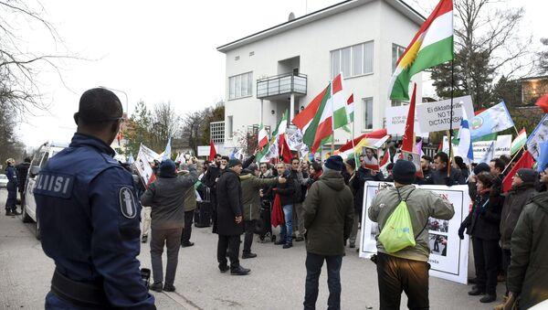 Les gens assistent à une manifestation de soutien des manifestations en Iran contre la hausse des prix de l'essence devant l'ambassade d'Iran à Helsinki, Finlande, le 21 novembre 2019, Lehtikuva - Sputnik France