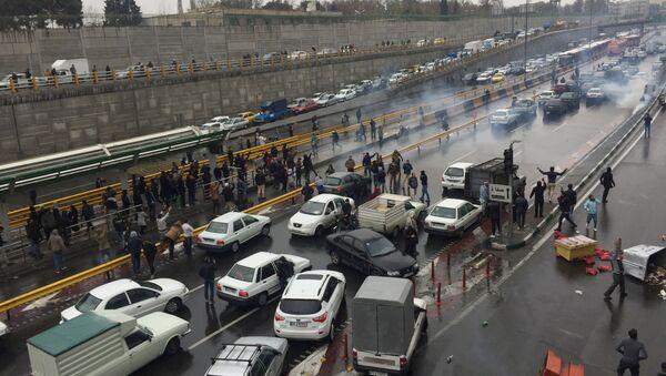 Des personnes arrêtent leurs voitures sur une autoroute pour manifester contre l'augmentation du prix de l'essence à Téhéran, en Iran, le 16 novembre 2019 - Sputnik France