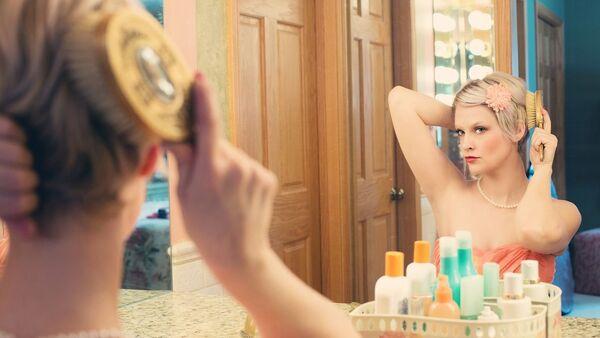 Une femme se regarde dans un miroir - Sputnik France